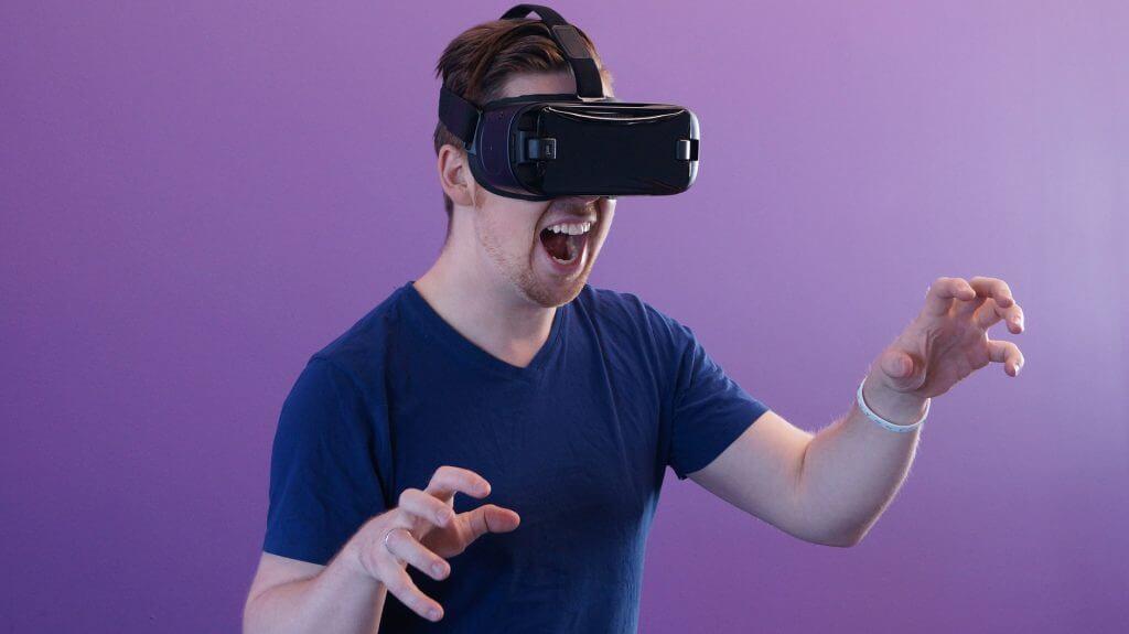Mann der eine VR Brille aufhat